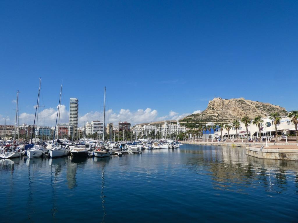 Vista del puerto de Alicante con el catillo de San Fernando al fondo.